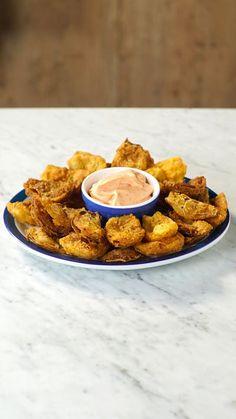 Essas pétalas de cebola empanadas são o aperitivo perfeito para aquele encontro com os amigos!