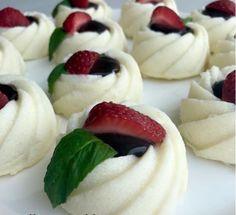 Hem besleyici hem lezzetli sütlü tatlılardan bugün sırada çikolata dolgulu irmik tatlısı sizler için yayında.