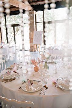 Couleurs pastels, origami, moulins à vents et guirlande de fanions DIY donne un vent de fraîcheur à cette superbe décoration de mariage design et originale au coeur de la Provence.
