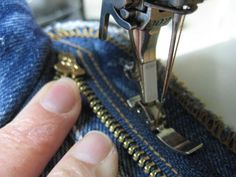 How to Replace a Broken Zipper in your Favorite Jeans Sewing Tools, Sewing Hacks, Sewing Tutorials, Sewing Crafts, Sewing Projects, Sewing Patterns, Zipper Crafts, Sewing Jeans, Sewing Clothes
