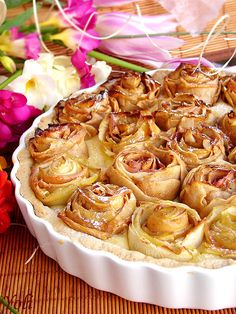 Apple pie with roses  For the dough    125 g soft butter   '70 powdered sugar   1 egg   1 vanilla   1 tsp grated orange peel   100 g finely ground almonds   150g flour For the cream 400 ml milk 100 ml white wine 3 egg yolks 1 vanilla 1 tsp grated orange peel 6 tablespoons sugar 4 tablespoons flour peak 5-6 apples...