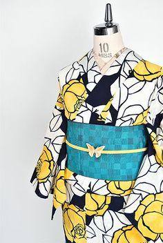 紺と白の大胆な染分けもモダンに、金糸雀の羽のような黄色美しい薔薇の花がデザインされた注染レトロ浴衣です。