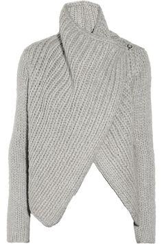 Hellgrauer Grobstrick aus einer schweren Wollmischung Drapierte verlängerte Vorderseite, Zopfmusterdetail hinten Hakenverschluss vorne 95% Wolle, 5% Polyamid Trockenreinigung