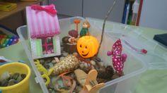 Hemos elaborado en la sesión de estimulación una caja sensorial del otoño con materiales que tenemos por casa