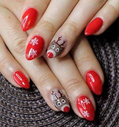 What else symbolizes the upcoming holidays if it's not reindeer and snowflakes. On this red background that details look very nice. The shape of the nail is modern, and length is moderate and will not disturb you in your everyday activities.