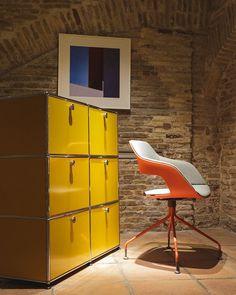 Me encantan los muebles de @usmmodularfurniture y las sillas Occo de @wilkhahn Una combinación fantástica! . . . @lara_oficinas @coaaragon @wilkhahn_uk @wilkhahnusa @wilkhahn_japan  #fotografía #diseño #design #arquitectura #architecture #furniture #red #yellow