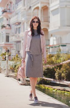 TIE BOW-TIE: PINK AND GREY WEEKEND. Grey dress+pink leather jacket+pink sneakers and hand bag. Spring outfit 2016