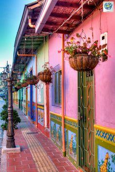 😍 ¿Te gustaría caminar por las calles de #Guatapé, disfrutando de sus fachadas coloridas y sus paisajes alegres?.🙌