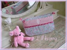 wash bag in long, wide, and through! Diy Makeup Bag, Couture Sewing, Round Corner, Wash Bags, Purses And Bags, Diaper Bag, Pouch, Inspiration, Sew Bags
