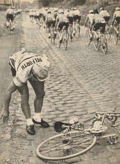 Tour de France 1965. 24-06-1965, 3^Tappa. Roubaix - Rouen. La caduta di Georges Groussard (1937) [Le Miroir des Sports] (www.cyclingpassions.eu)