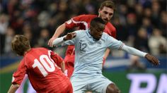 France's midfielder Blaise Matuidi (C) controls the ball during the WC2014 qualifying football match France vs Georgia, on March 22, 2013 at the Stade de France in Saint-Denis, outside Paris. AFP PHOTO / FRANCK FIFE