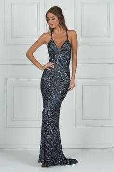 7454757c85 Stardust é um glamouroso vestido cinza chumbo bordado com decote nas  costas. Seu corte valoriza o corpo e seu brilho não passa despercebido.