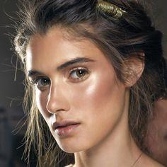 Super iluminado e olho com sombra dourada + sobrancelha realçada