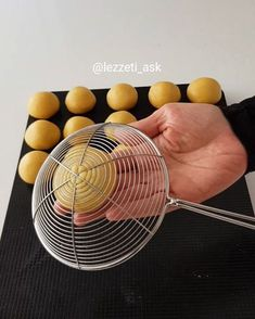 Give honey cookies a bee hive look by pressing against a colander. Baking Tips, Baking Recipes, Cookie Recipes, Ramadan, Cute Food, Yummy Food, Mushroom Cake, Bread Shaping, Dessert Decoration