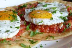 Huevos rancheros.- Desayuno tipico mexicano. Hoy en dia puede ser servido también como parte de un almuerzo o brunch.