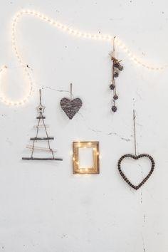 Decoración navideña con un toque de magia. Mezlca elementos decorativos con guirnaldas de luces led y diferentes materiales. Tus paredes se llenarán de magia y Navidad. Todo de muy mucho #muymucho #decoración #navidad #led #guirnalda #magia #piñas #corazones #marcos #árbol #fiesta #hogar