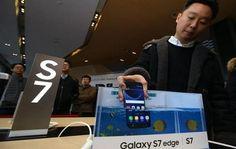"""La multinacional tecnológica Samsung Electronics lanzó a la venta por primera vez sus nuevos """"smartphone"""" de gama alta Galaxy S7 y S7 Edge"""