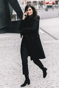 Emmanuelle Alt ,//Ankle boots are a winter staple but there are more ways to wear them than with just skinny jeans. Here are cool ways to wear cropped pants with booties. Cropped Trousers Outfit, Trouser Outfits, Black Trousers, Black Dress Pants, Dress With Boots, Black Cropped Pants, Black Jeans, Dress Shoes, Ankle Boots With Jeans