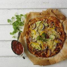 Ett recept på pizzadeg utan jäst som inte behöver gräddar och är klar på 10 minuter. Ett enkelt recept som lägger grunden till en riktigt god pizza.
