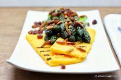 Schöner Tag noch!: Gebratener Spargel mit Parmesan-Polentaschnitten und Pinienkern-Rosinen-Butter
