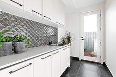 Love laundry with the help of a funky, quirky splashback 😍 ft. our Mos Fan Concave Green Gloss 📸 Kitchen Splashback Designs, Kitchen Tiles, Bathroom Interior, Kitchen Interior, Interior Design Living Room, Laundry Room Inspiration, Kitchen Inspiration, Funky Kitchen, Beaumont Tiles