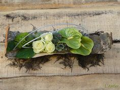 Risultati immagini per aspidistrablad vouwen Funeral Flower Arrangements, Christmas Floral Arrangements, Funeral Flowers, Floral Centerpieces, Centrepieces, Deco Floral, Arte Floral, Floral Design, Grave Decorations