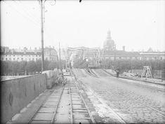 En mauvaise position, les allemands font sauter les #ponts lyonnais le 2 septembre 1944, pour protéger leur fuite et retarder la progression des troupes alliées. Le pont de la #Guillotière est peu touché. Des réparations de fortune sont rapidement effectuées. Dans un premier temps, des plaques métalliques comblent les arches ou des passerelles en bois sont posées sur les ponts en ruines #numelyo #2GM #WW2 #guerre #occupation Lyon, Occupation, Fortune, Position, Outdoor, Architecture, Vintage, Alps, Wood Walkway
