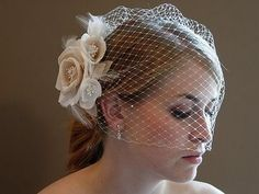 love this old fashioned looking veil!
