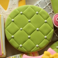 Quilted cookie in royal icing - tutorial on how to do quilting in source.