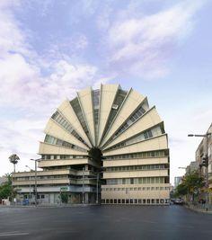 """""""Tango #4"""", Tel Aviv, 2010. Mit einem speziellen 3-D-Programm für Architekten baut Víctor Enrich die Umgebung des Gebäudes auf dem Bildschirm komplett nach, bevor er an die Modifizierung des Objekts geht. Licht und Farben sollen dabei so nah wie möglich am Original bleiben. Dieser Prozess kann ein halbes Jahr dauern – eine Zeit, die dem Künstler manchmal absurd lang vorkam, wie er selbst sagt."""