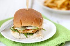 De kipburger is lekker op een geroosterd hamburgerbroodje met ijsbergsla, komkommer, tomaat en ui!