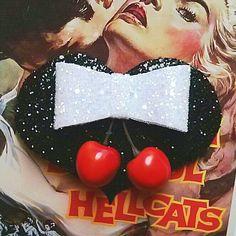 10 % Rabatt mit dem Code BDAY10 Rockabilly Burlesque Herz geformt Fascinator mit Kirschen und Glitter Bogen