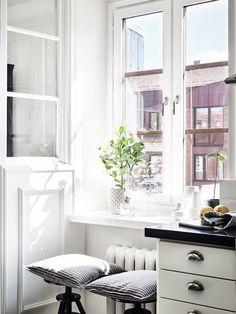 Post: Un tercio de la vivienda para la cocina --> blog decoración nórdica, casas amplias para dos, cocina grande piso pequeño, decoración interiores, gran mesa comedor, piso sueco, pisos con paredes de cristal, sillas thonet 209, Un tercio de la vivienda para la cocina
