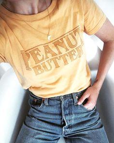 Rien de tel qu'un tee-shirt jaune esprit rétro pour accompagner un jean clair taille haute ! (photo Sara Strand)