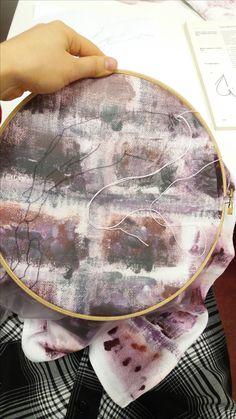 Paperilta piirsin kuvion vedessä sulavaan kelmuun, koska silloin minun ei tarvinnut piirtää kankaalle ja sain samalla kokeilla tätä jännittävää materiaalia työssäni. Kankaana toimii interventiotamme varten tehty tiiliseinän materiaalin kuvittaminen kankaalle. Kelmu oli kohtuu hankala kiristää kirjontakehyksiin kankaan kanssa samaan aikaan ja molemmat löystyivät työtä tehdessä, jolloin niitä piti kiristää uudestaan.