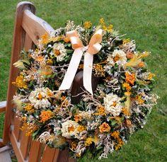Věnec žlutozelený se stuhou Věnec ze sušených květin a peříček jsem dozdobila atlasovou stuhou. Velikost 30cm.