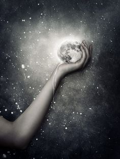 She's got the stars in her eyes and the moon in her hand. #moon #hand
