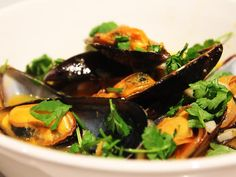 Thai Steamed Mussels Mussels Seafood, Steamed Mussels, Dinner Box, Dry White Wine, Curry Paste, Seaweed Salad, Fresh Herbs, Healthy Recipes, Healthy Food