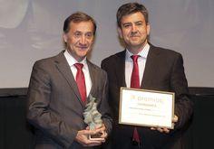 Mejor Operación Empresarial: Universidad Isabel I. Alberto Gómez Barahona, rector de la Universidad Isabel I, y Miguel Ángel García, director territorial de Vodafone en Castilla y León.