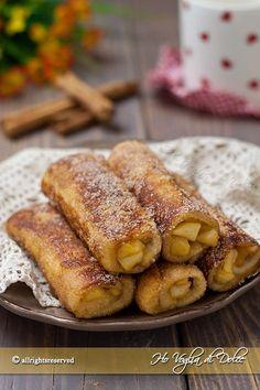 French toast roll ups con mele e cannella sono dei rotolini di pane tramezzino dolci, farciti e cotti in padella. Una ricetta facile, veloce e senza forno.