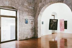 a Galleria Doppelgaenger ha sede a Palazzo Verrone, nel cuore della città vecchia. Fondata nel 2012 da Antonella Spano e Michele Spinelli, è uno straordinario ibrido architettonico tra una casa-torre medievale e un palazzo gentilizio rinascimentale. In corso, la personale di Daniela Corbascio, fino al 24 settembre.