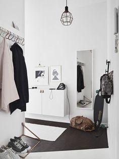 Tiny and Cozy Scandinavian Apartment (design attractor) - Flur Design Scandinavian, Scandinavian Apartment, Hallway Inspiration, Interior Inspiration, Decoration Hall, Entryway Organization, Organized Entryway, Hallway Storage, Organisation Ideas
