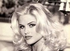 Anna Nicole Smith went from single mom to beautiful and sought after Guess model within a few years. She married a billionaire for his money, gained weight and created a stir in Hollywood. Anna Nicole Smith, Ann Nicole, Vintage Glamour, Vintage Beauty, Brigitte Bardot, Guess Models, Idole, Actrices Hollywood, Blonde Beauty
