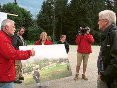 Nationalparkleiter Wolfgang Schlund zeigt Ministerpräsident Winfried Kretschmann, wie das Besucherzentrum aussehen soll. Foto: Wiegert Foto: Schwarzwälder-Bote
