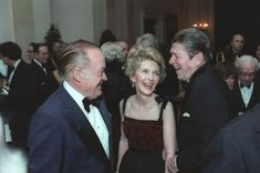 President Reagan and Nancy Reagan talking with Bob Hope during the State Dinner for Prime Minister Thatcher at the White House 40th President, President Ronald Reagan, Former President, Nancy Reagan, Supply Side Economics, American Story, 80s Pop, Bob Hope, American Presidents
