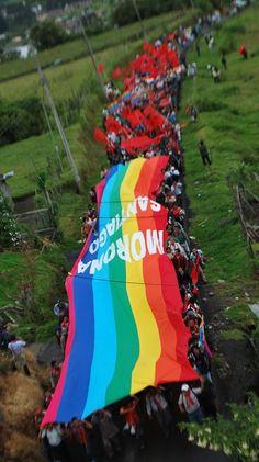 Entrada de la Marcha en Guamaní, al sur de Quito, con gigantesca wipala, símbolo andino de la unidad y la resistencia.