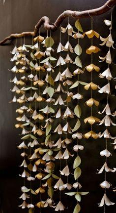 Decore sua casa, sua festa, com esta graciosa cortina de flores mistas de papel. - São 15 fios com aproximadamente 120 flores e folhas, em fio de algodão, em comprimentos variados. - Papel importado de 120 gramas - Cores a escolher R$ 150,00
