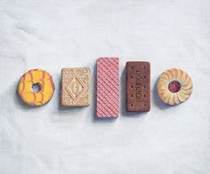 Joel Penkman biscuits illustration including party rings, jammy dodger,chocolate bourbon, custard cream and our favourite the pink wafer! Candy Drawing, Food Drawing, Joel Penkman, Coffee Artwork, Art Alevel, Still Life Artists, Observational Drawing, Paper Crafts Origami, Art Courses