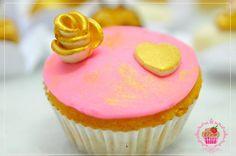 Cupcake de baunilha com recheio de morango e cobertura de pasta americana