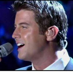 We will never tire of Sébastien's beautiful and magical voice we could listen all day long and when we can't we can always look at lovely photos of him in action like this one shared by Carolina Vallovera  #sebsoloalbum #teamseb #sebdivo #sifcofficial #ildivofansforcharity #sebastien #izambard #sebastienizambard #ildivo #ildivoofficial #seb #sebintour #singer #band #musician #music #concert #composer #producer #artist #french #handsome #france #instamusic #amazingmusic #amazingvoice…